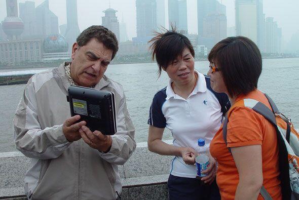 Don Francisco llevó su cámara viajera a China, en donde co...