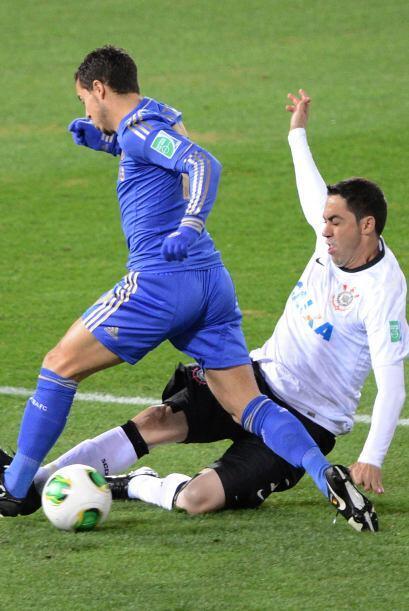 El belga Eden Hazzard no fue capaz de superar a la defensa brasileña y p...