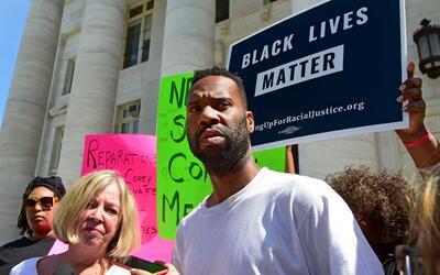 El empleado,Corey Menafee, al salir del Tribunal Superior de New Haven,...