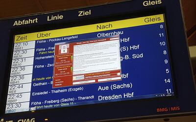 Un monitor con información de los trenes muestra una ventana con...
