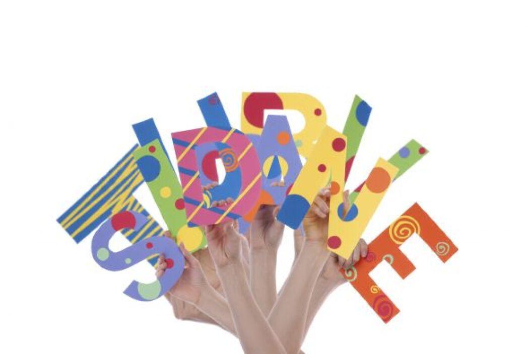 Mezcla las palabras o las letras en la lectura y la escritura.