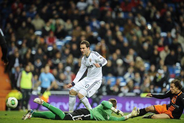Cuando Higuaín venía al remate el mexicano se barrió y metió el balón en...
