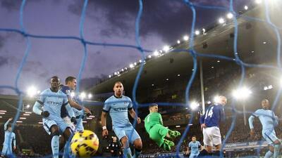Los jugadores del Manchester City lamentan el gol de Steven Naismith al...