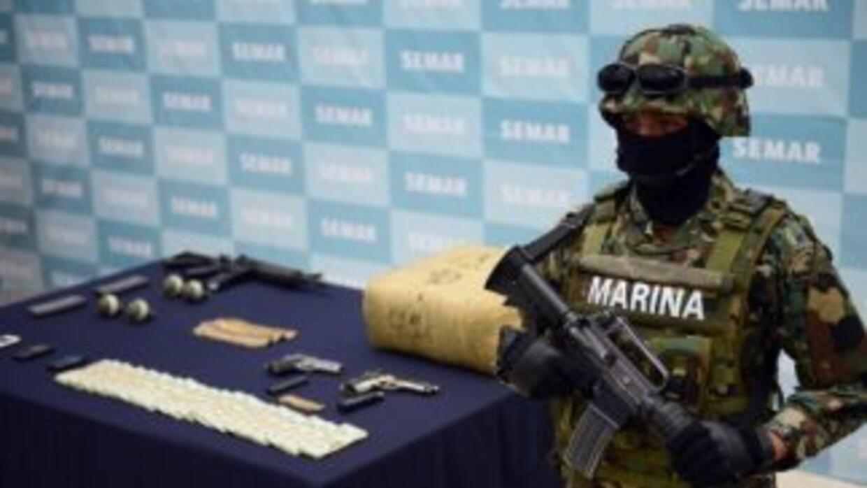 Miembros de la Armada de México arrestaron a un presunto operador financ...