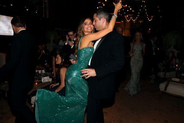 Aquí la vemos muy feliz junto a su ¿prometido?, Nick Loeb. Mira aquí lo...