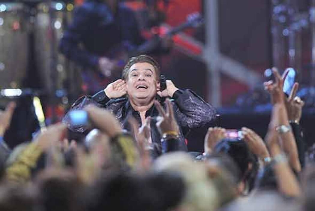 Juan Gabriel se entregó a su público del Latin GRAMMY como siempre lo ha...