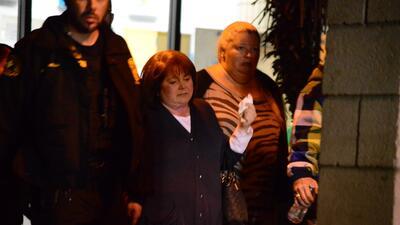 Familiares de víctimas del ataque en San Bernardino reciben ayuda.