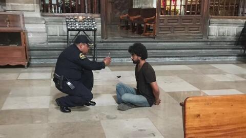Apuñalan a un padre que oficiaba una misa en la Catedral Metropolitana e...