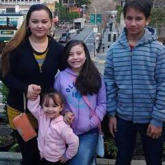 María Alba con sus hijos.