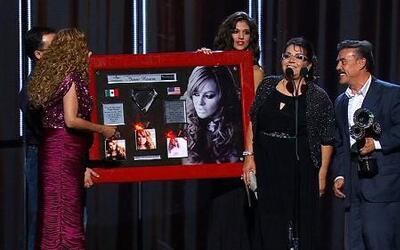 Padres de Jenni Rivera recibieron disco de diamante triple platino en ho...