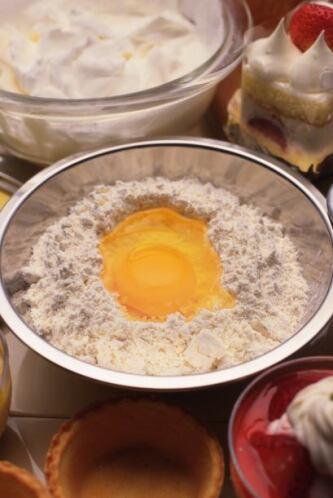 Mezcla en otro recipiente los ingredientes secos.
