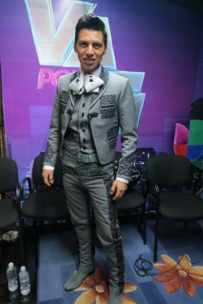 Mario Pacheco nos presume en backstage su hermoso traje de charro.