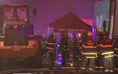 Dos bomberos sufren lesiones menores durante incendio en una planta de r...
