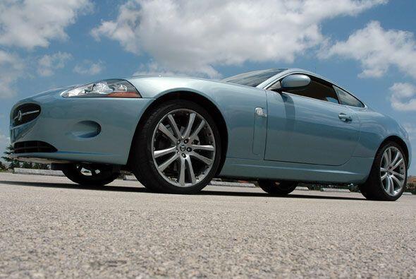 Si el Jaguar XK Convertible ya es un modelo excelente, la versión XK R l...