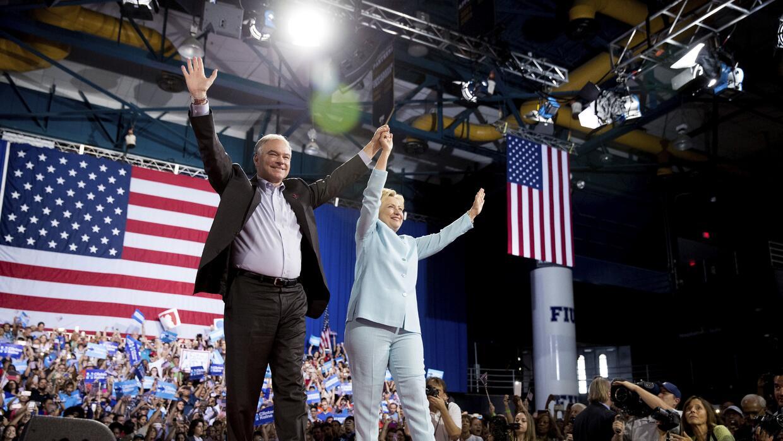 Clinton y Kaine ingresaron a la arena de la FIU con ovaciones de sus seg...