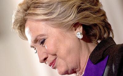 Hillary Clinton durante el discurso en el que aceptó su derrota e...
