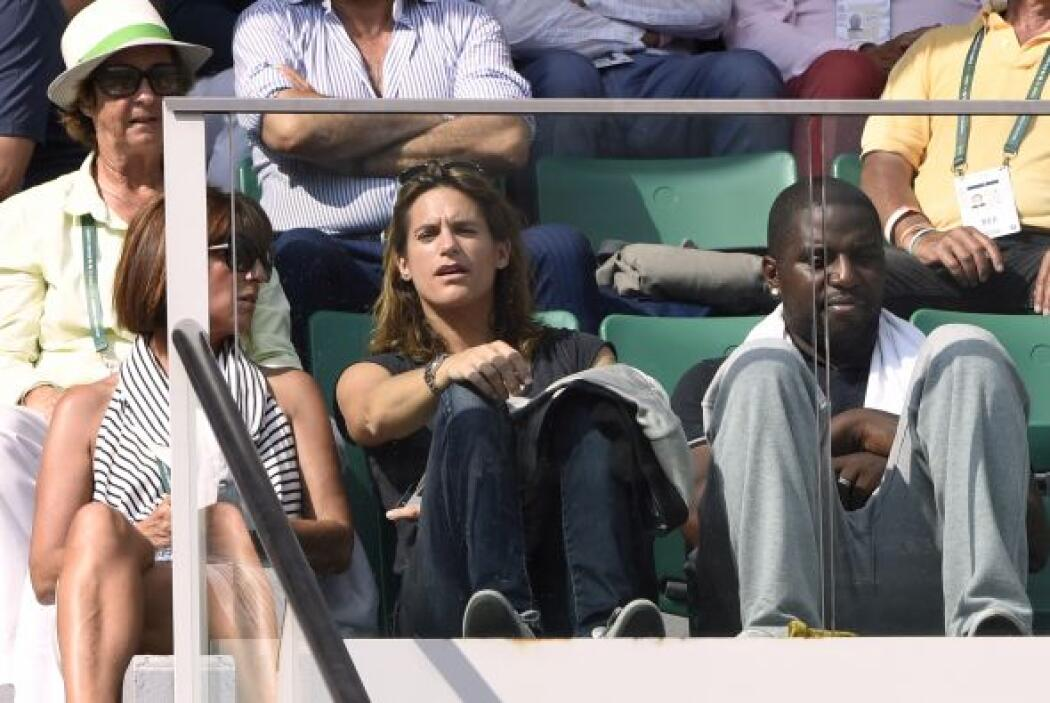 Muy interesada en el juego la gloria del tenis femenil francés Amelie Ma...