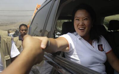 La candidata presidencial Keiko Fujimori de Fuerza Popular saluda a sus...