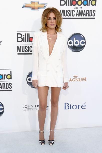 ¿Quién dijo que un 'blazer' debía llevarse sin nada abajo? Miley se arri...