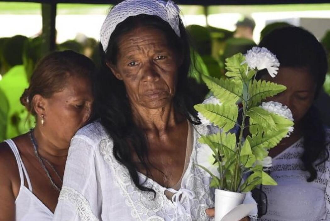 Entre banderas de Colombia, globos y flores blancas, los lugareños daban...