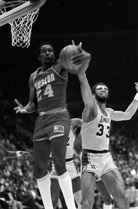 Molone había sido durante seis veces el líder de rebotes de la liga, inc...