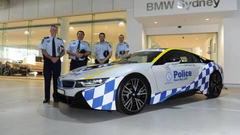 Oficiales de la policía de Sydney se muestran junto a su nuevo i8...