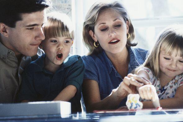 13. No deje a un lado las actividades familiares, como los juegos de mes...