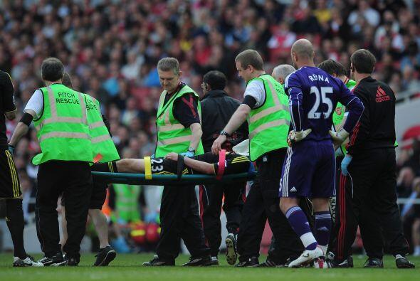 Tras este preocupante acontecimiento, el futbolista fue retirado del cam...