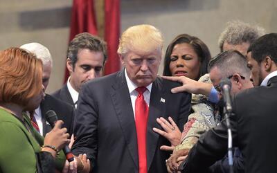 Pastores evangélicos y otros colocan sus manos y rezan con Donald...
