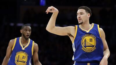 Thompson anotó 22 de sus 36 puntos en el primer cuarto y Curry ag...