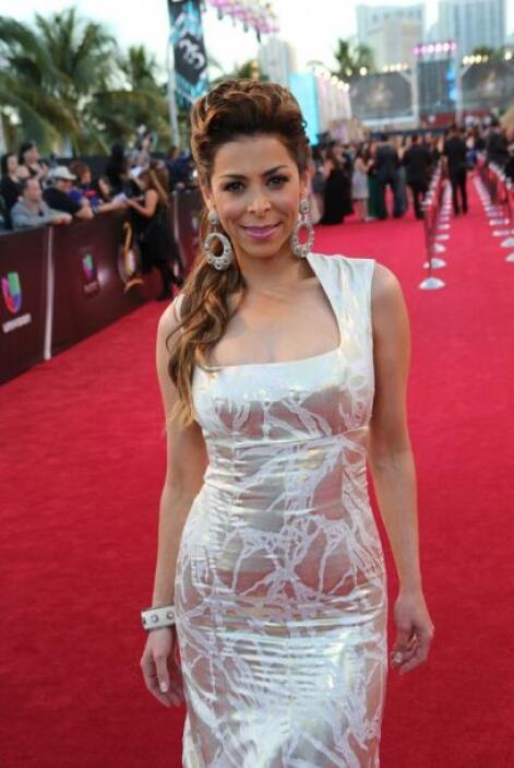 Lourdes Stephen desfiló con un bello vestido escotado, que la hacía luci...