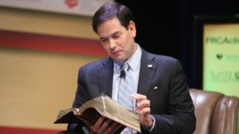 Rubio lee la Biblia en un acto electoral
