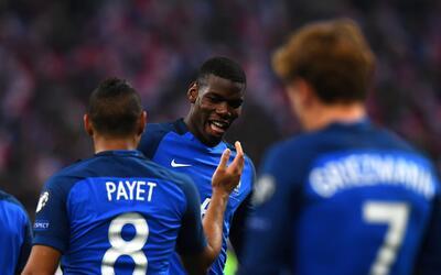 Dimitri Payet y Paul Pogba festejan la victoria francesa ante Suecia.