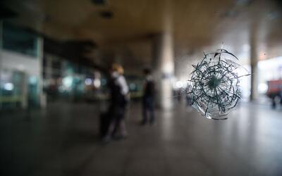 Un impacto de bala en un ventanal del aeropuerto de Estambul, donde un t...