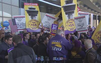 Empleados de Aeropuerto O'Hare en huelga denuncian amenazas y sobornos p...