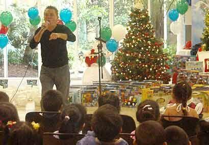 Ricky Luis preparó a docenas de niños para darles una gran sorpresa.