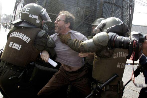 La policía usó gases lacrimógenos y chorros de agua...