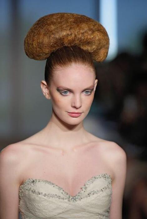 No cometas el error de esta modelo, pues accesorios, maquillaje y el res...
