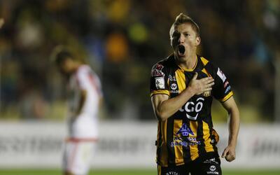 Alejandro Chumacero, de The Strongest de Bolivia, festeja su gol ante el...