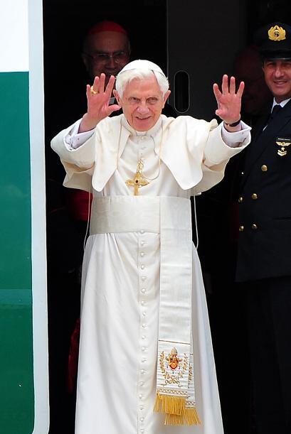 El Papa Benedicto XVI llega a La Habana de los hermanos Castro.