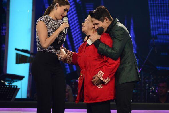 Su abuela Aurelia llegó para bendecirlo y darle un rosario.