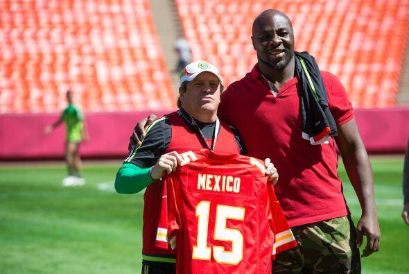El defensor de Kansas City Chiefs Tamba Hali le regaló un jersey a Migue...
