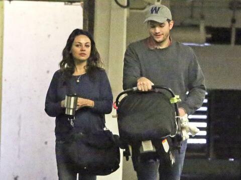 Los paparazzi captaron a Ashton y Mila de paseo en Los Ángeles.