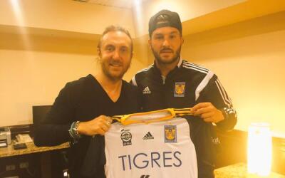 David Guetta y André-Pierre Gignac con una camiseta de Tigres.