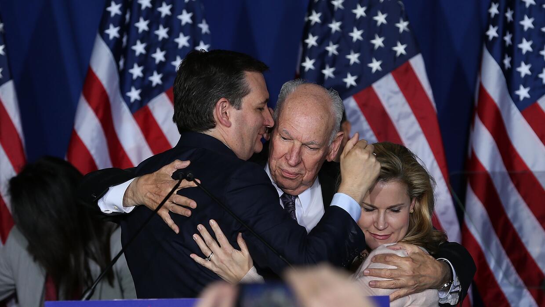 Ted Cruz abraza a su padre y a su esposa Heidi Cruz
