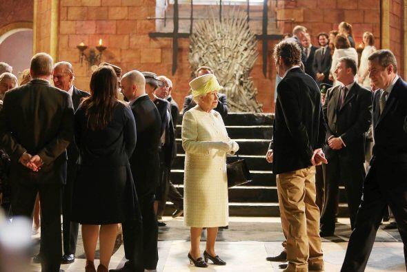 Pero en esta ocasión, la soberana se limitó a saludar brevemente al jove...