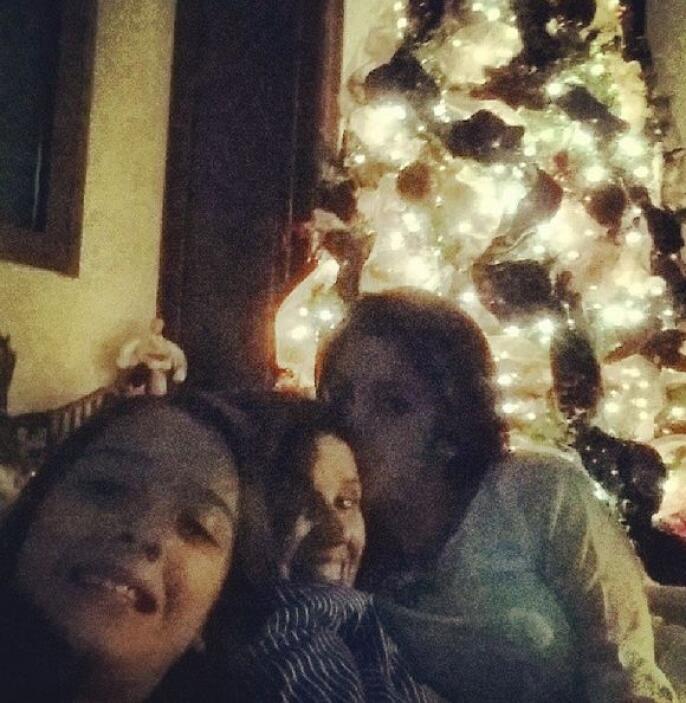 """""""Platicando a la luz del árbol de #Navidad"""", contó Maity. (Diciembre 22,..."""