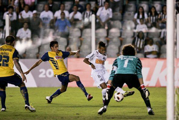 El crack brasileño Neymar, generó algunas opciones para Sa...