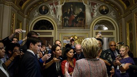 Hillary Clinton habla con la prensa después de una reunión con demócrata...