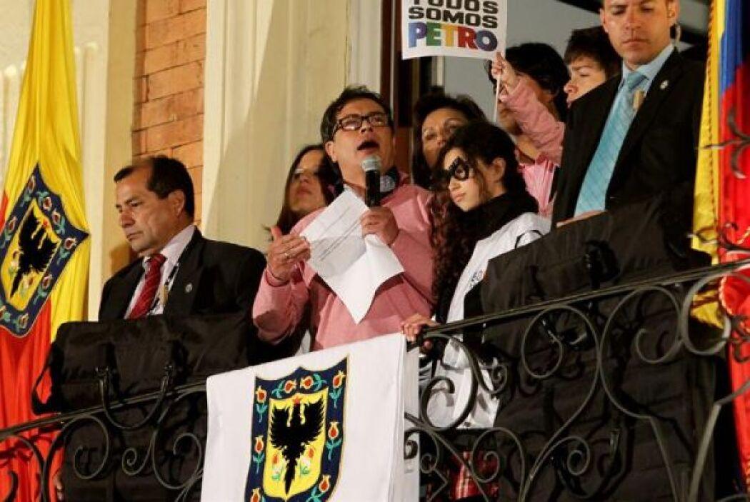 Cientos de personas asisten a una marcha en apoyo al destituido alcalde...